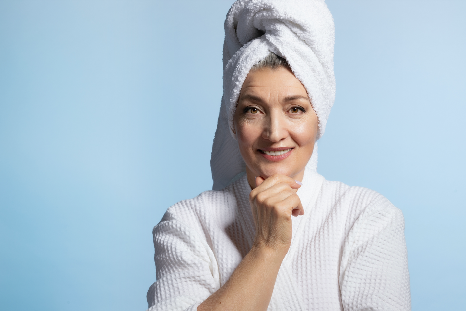 žena s ručníkem na hlavě a v županu