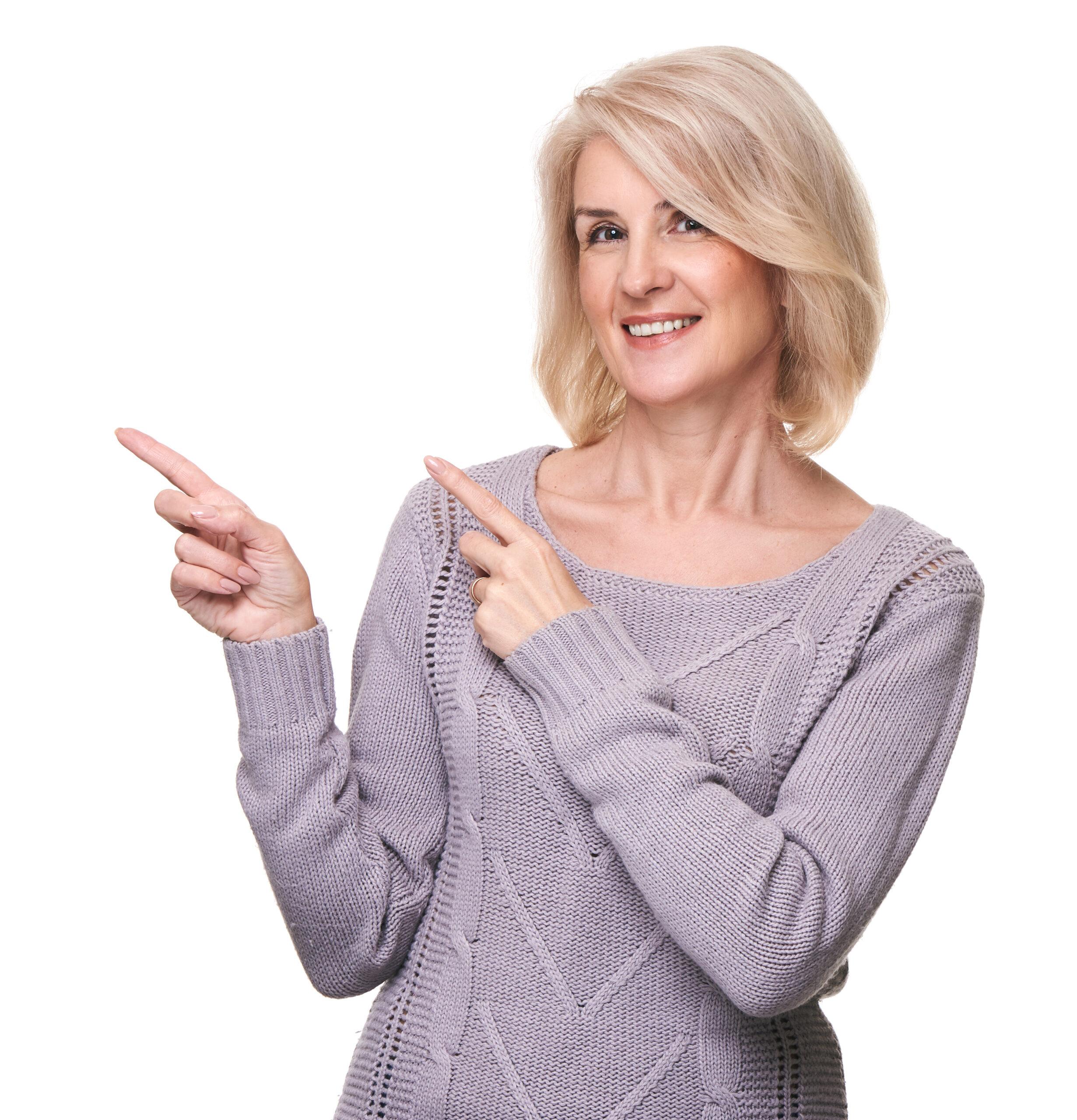 žena ukazující doprava vedle sebe