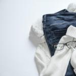 džíny, brýle a bílý svetr
