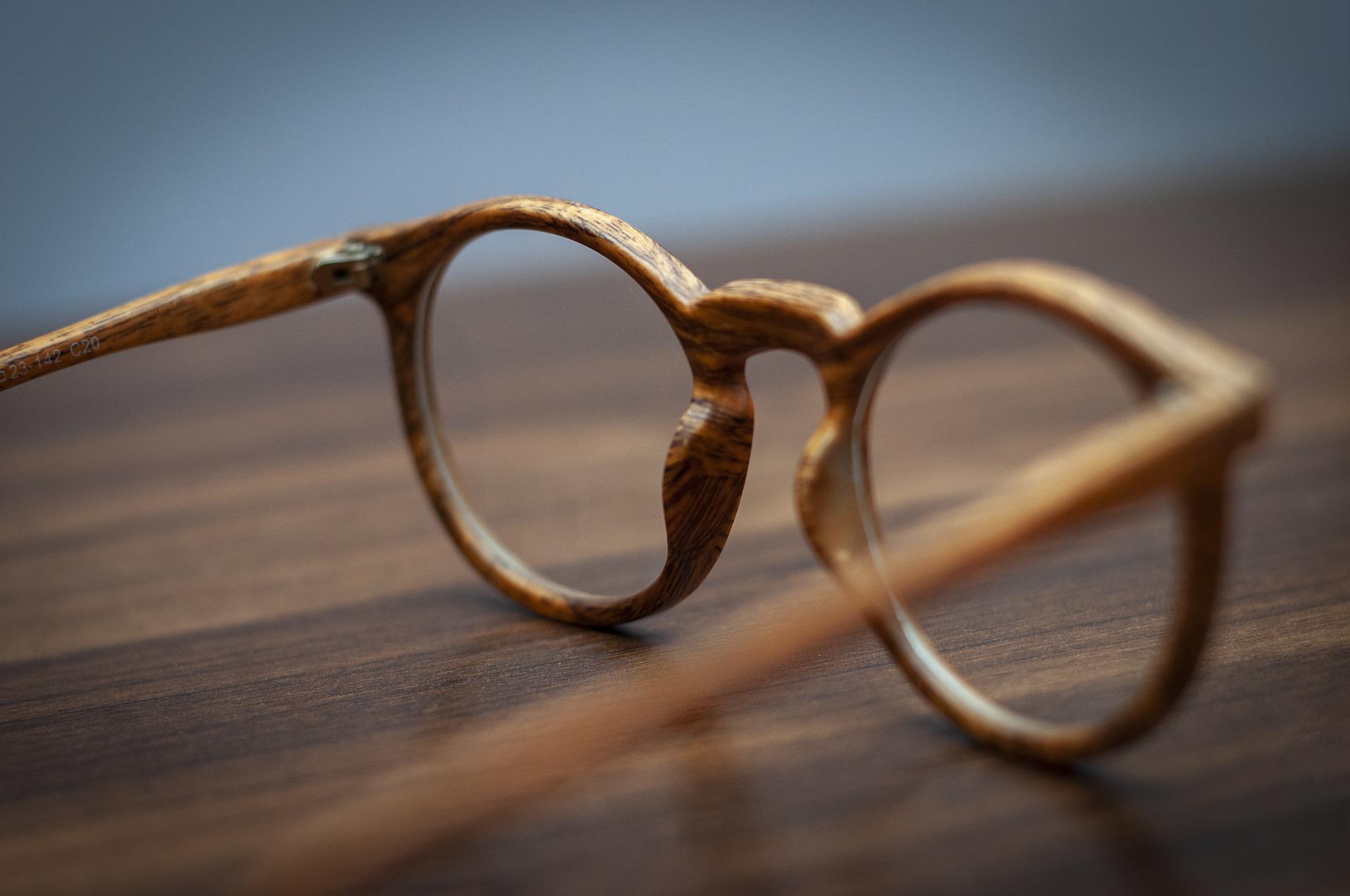 dřevěné brýle na stole