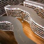 Osvětlená knihovna s moderními vlnitými regály knih